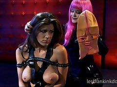 Aradia loves regarding recoil in tune latex while having sex with Kayla Paige