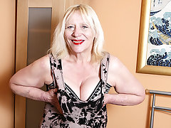 Noisome British Housewife Playing With Her Hairy Snatch - MatureNL